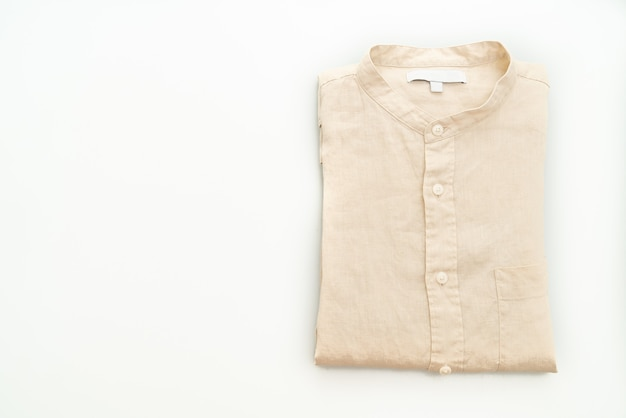 Beige overhemd vouw geïsoleerd op een witte achtergrond