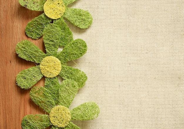Beige plat leggen met kunstbloemen aan de rand