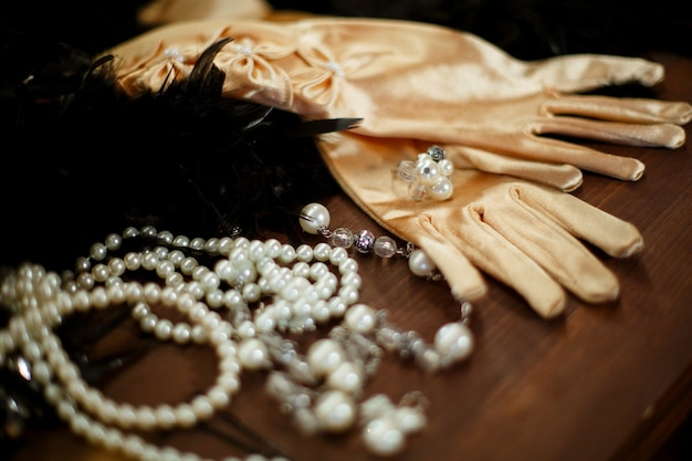 Beige satijnen handschoenen versierd met witte kralen