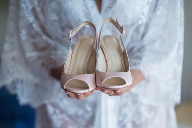 Beige trouwschoenen op de bijeenkomsten van de bruid