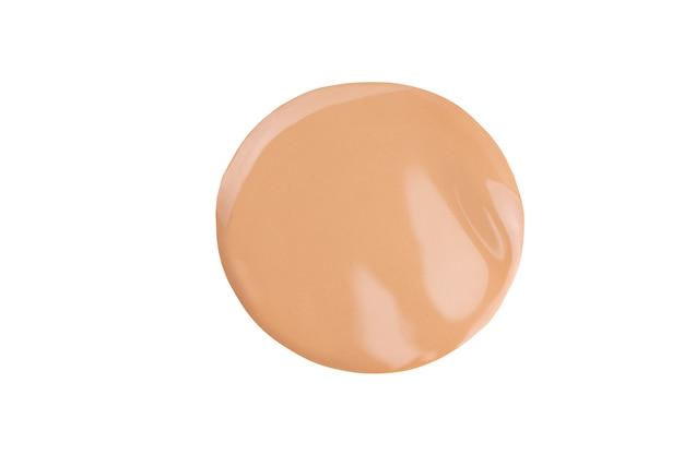 Beige vloeibaar poeder, druppel concealer. make-up naakt foundation, toon crème uitstrijkje veeg staal geïsoleerd