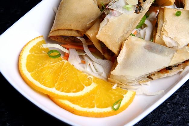 Beignets met maaltijd en groenten