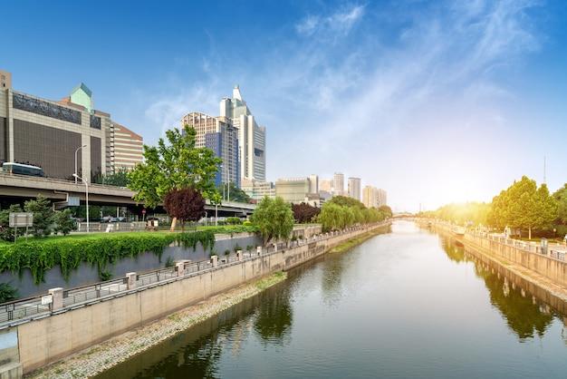 Beijing tonghui river en gebouwen op beide oevers