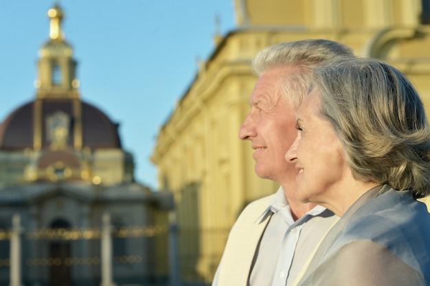 Bejaard echtpaar dat naar de kerkkoepels kijkt