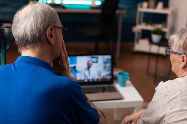 Bejaard echtpaar dat videogesprek gebruikt voor tandartsadvies