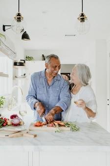 Bejaard echtpaar koken in een keuken