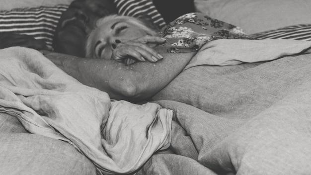 Bejaard echtpaar slapen op een bed