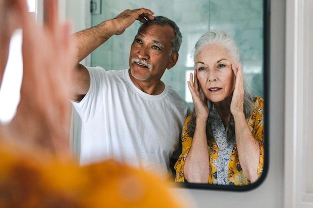 Bejaard echtpaar voor een spiegel