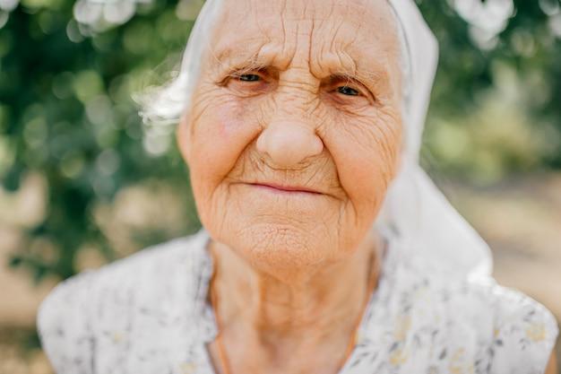 Bejaard gelukkig vrouwen openluchtportret.