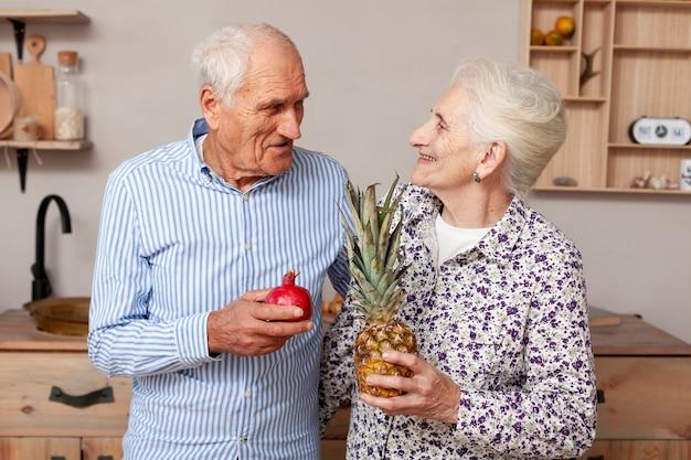 Bejaard paar dat elkaar bekijkt