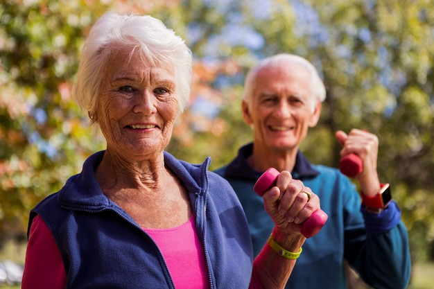 Bejaard paar dat geschiktheid maakt en handgewicht opheft