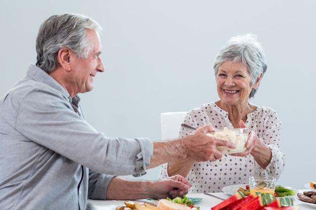 Bejaard paar dat ontbijt heeft