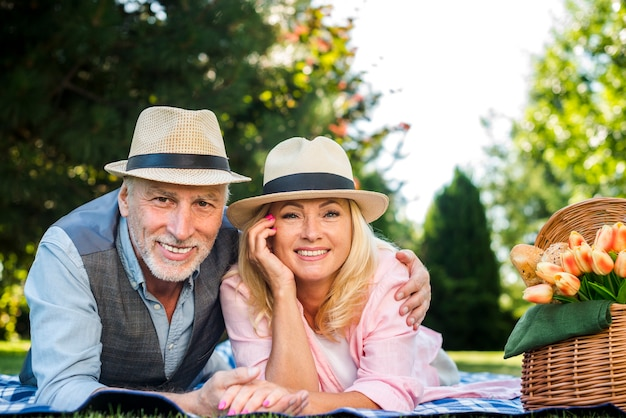 Bejaard paar dat voor de camera glimlacht