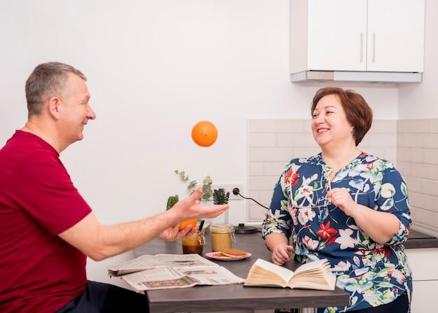 Bejaard paar in de keuken