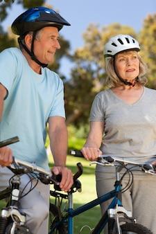 Bejaard paar met hun fietsen