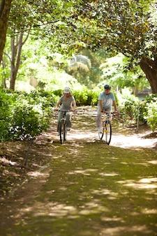 Bejaard paar mountainbiken buiten