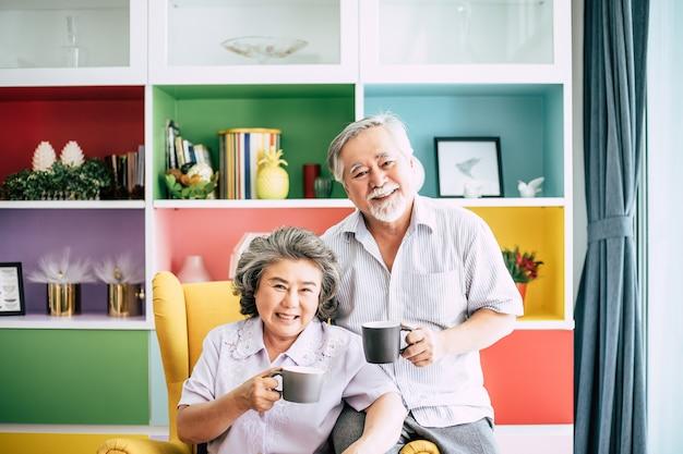 Bejaard paar samen praten en koffie of melk drinken