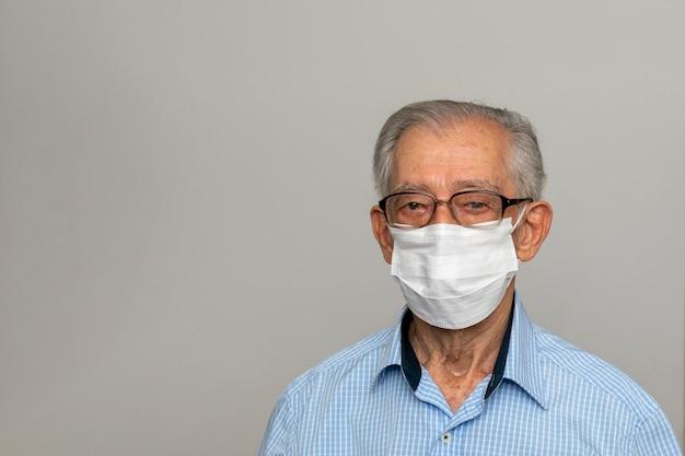 Bejaarde braziliaanse man met gezichtsmasker tijdens een covid-19 pandemie