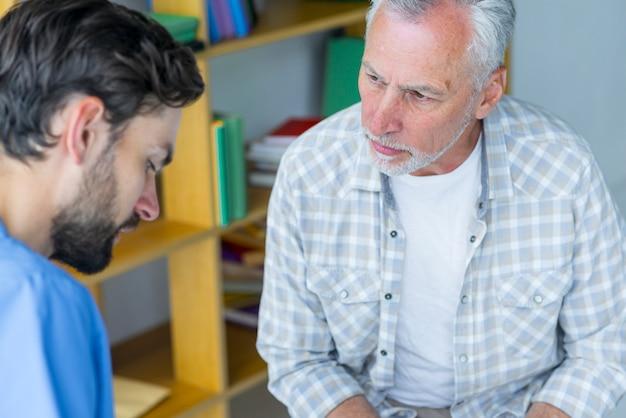 Bejaarde die arts raadpleegt