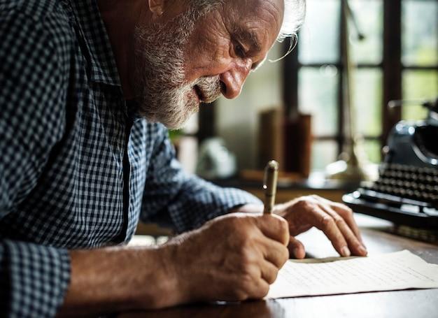 Bejaarde die een brief schrijft