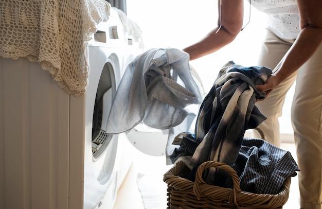 Bejaarde die een wasserij doet