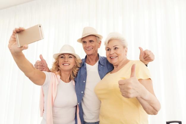 Bejaarde die foto en het glimlachen neemt