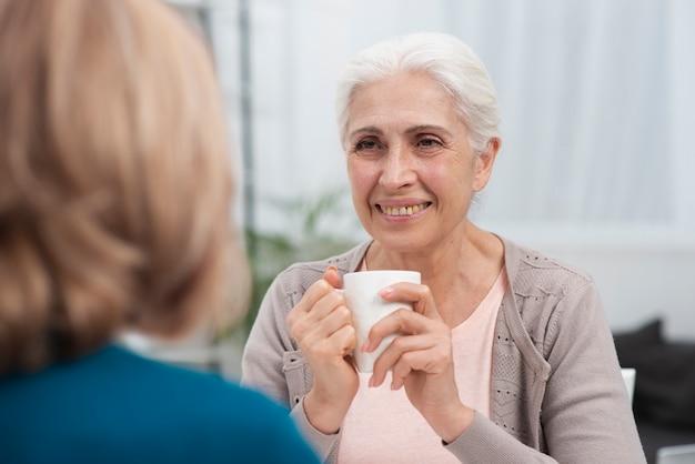 Bejaarde die haar vriend bekijkt