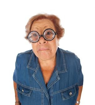 Bejaarde die met grappige glazen wordt verrast.