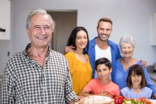 Bejaarde die zich in keuken bevindt