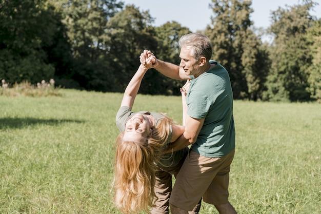 Bejaarde echtpaar dansen en plezier maken
