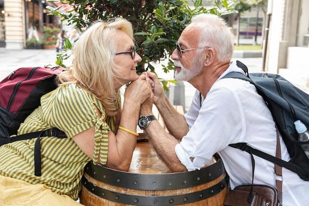 Bejaarde echtpaar hand in hand en kijken naar elkaar