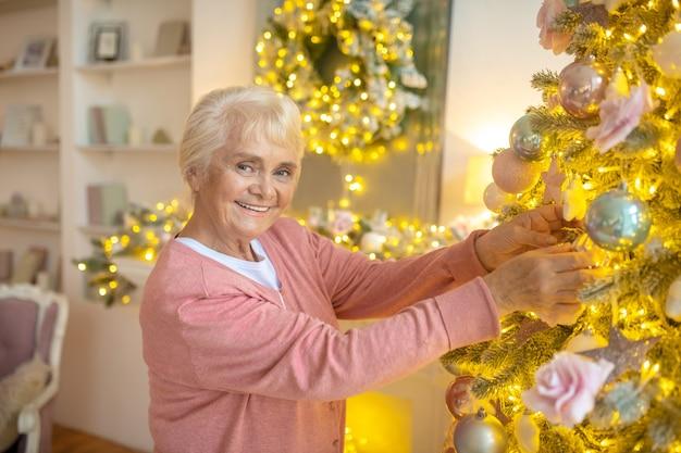 Bejaarde echtpaar kerstboom samen versieren