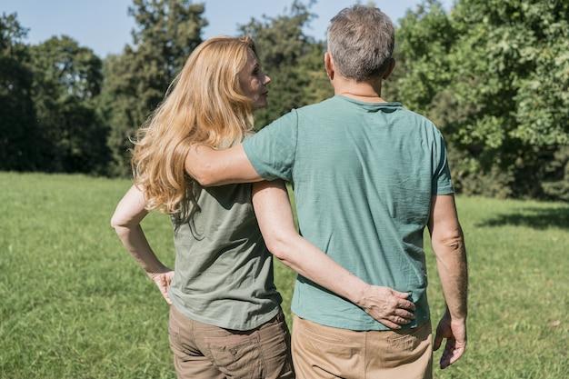 Bejaarde echtpaar knuffelen elkaar