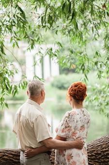 Bejaarde echtpaar wandelen in het park, liefhebbers, liefde buiten de tijd, zomerwandelingen