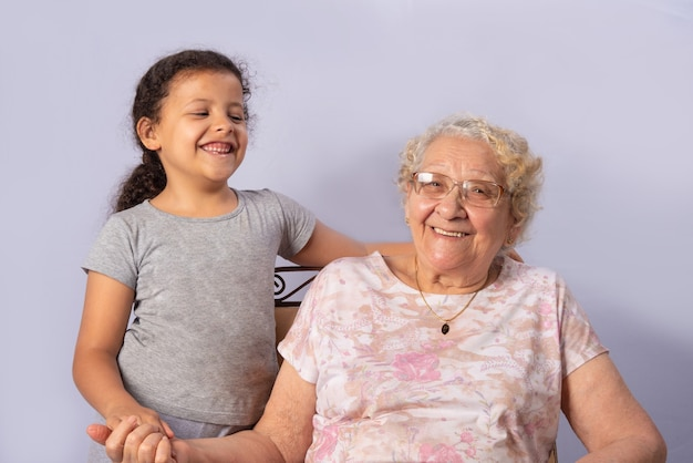 Bejaarde en kind samen op grijs