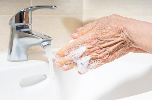 Bejaarde handen wassen.