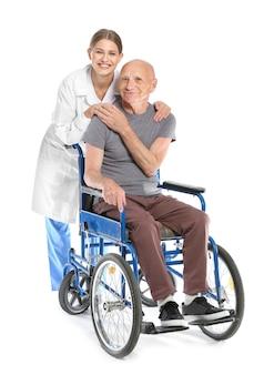 Bejaarde met arts op wit