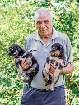 Bejaarde met twee puppy's