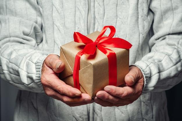Bejaarde senior met een kerstcadeau