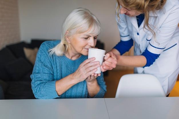 Bejaarde vrouw in verpleeghuis