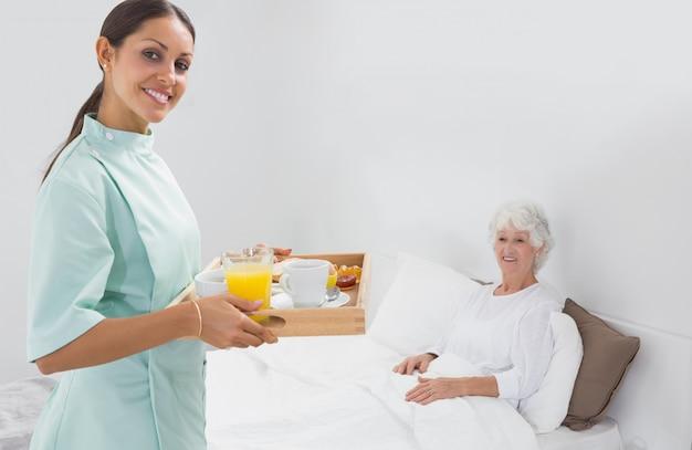 Bejaarde vrouw met thuis verpleegkundige