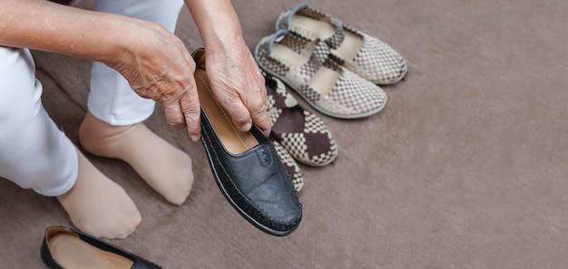 Bejaarde vrouw schoenen aantrekken