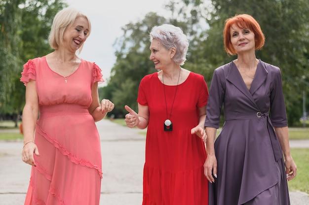 Bejaarde vrouwen die in het park lopen