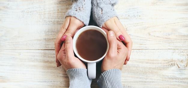 Beker drankje voor het ontbijt in de handen van liefhebbers.