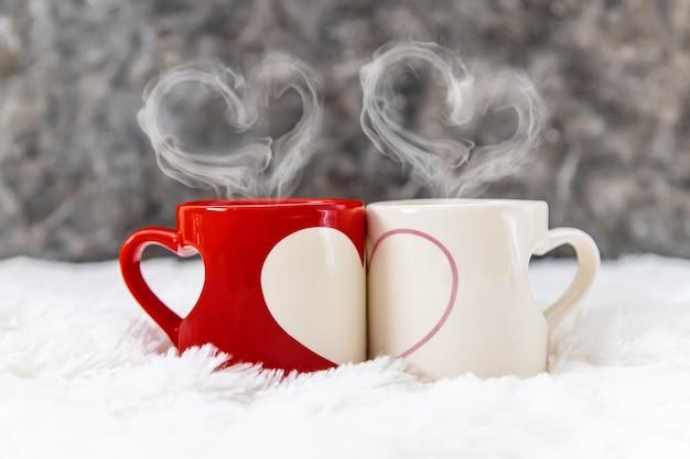 Beker drinken voor het ontbijt in de handen van geliefden. selectieve aandacht.
