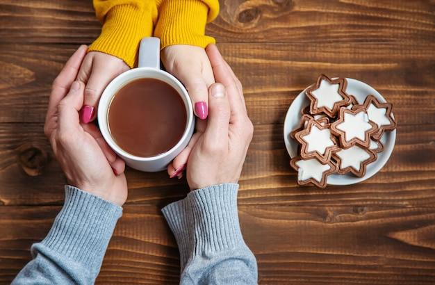 Beker drinken voor ontbijt in de handen van geliefden. selectieve aandacht.