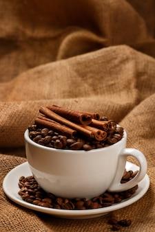 Beker gevuld met koffiebonen