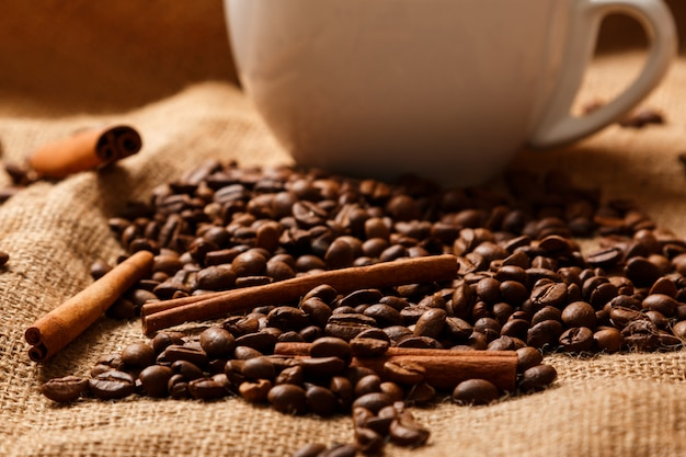 Beker, koffiebonen en kaneelstokjes