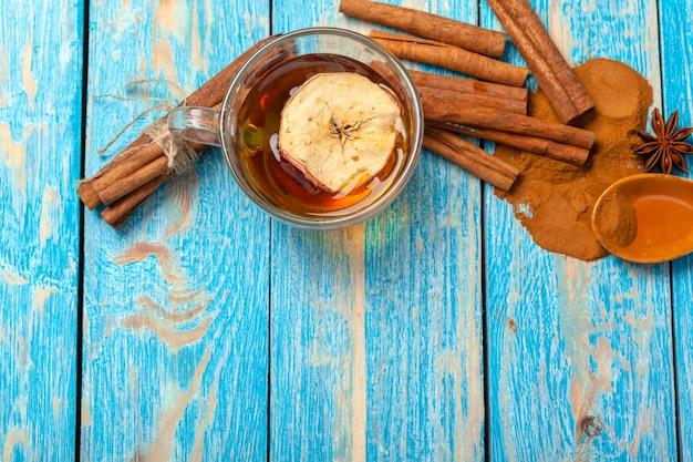 Beker met aromatische hete kaneel thee op houten tafel
