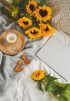 Beker met cappuccino, zonnebloemen, slaapkamer, ochtendconcept, herfst